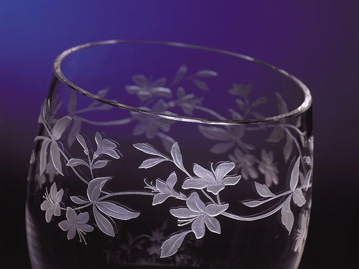 彫刻が施されたグラス